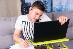 Oszołamiający męski działanie na laptopie Zdjęcia Royalty Free