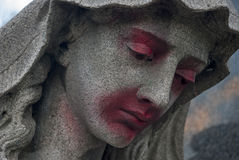 Oszpecająca statua kobieta przy grób Obraz Royalty Free