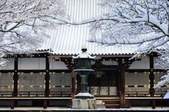 Oszronieje zakrywającą świątynię, zima w Kyoto Japonia Zdjęcia Stock