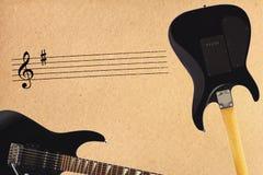 Oszukiwa elektryczną rockową gitarę, czerni i popiera gitary ciało na szorstkim kartonowym tle Obraz Stock