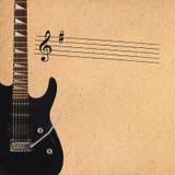 Oszukiwa elektryczną rockową gitarę na lewej stronie szorstki kartonowy tło i czerni Fotografia Royalty Free