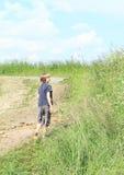 Otäck pojke som går i gyttja Arkivfoton