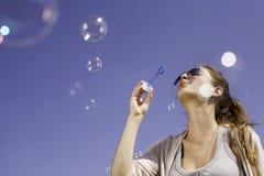 Ot de las burbujas que sopla el cielo. Imagenes de archivo