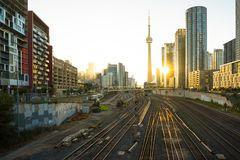 Ot Toronto de paysage urbain du centre du pont de Bathrust sur le lever de soleil images libres de droits