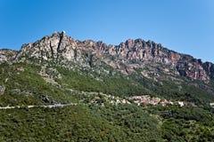 Ota-Dorf beherrscht von Capu Ota Mountain Stockbild