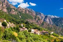 Ota miasteczko z górami w tle blisko Evisa i Pora Obraz Stock