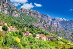 Ota miasteczko z górami w tle blisko Evisa i Porto, Corsica, Francja Obrazy Stock