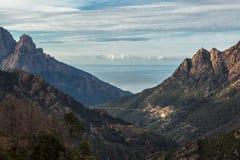 Ota w Corsica z górami i morzem śródziemnomorskim Obrazy Stock