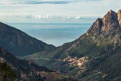 Ota w Corsica z górami i morzem śródziemnomorskim Fotografia Royalty Free