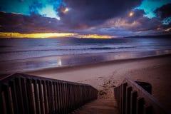 Otama海滩 导致沙子海滩的楼梯 在s的多云天空 库存照片