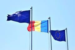OTAN de Romania e bandeiras da UE Fotos de Stock