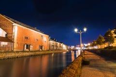 Otaru historiskt kanalområde på natten Arkivfoton