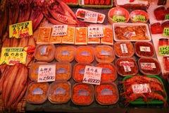 Otaru, Japan - 26. Juli 2017: Verschiedene Meeresfrüchtebestandteile im lokalen populären touristischen Bestimmungsort des Fischm Stockfotografie