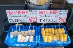 Otaru, Japan - 27. Juli 2017: Weißer und gelber Zuckermais im Eiseimer auf feinschmeckerischer Straße Otarus, populärer touristis Lizenzfreies Stockfoto