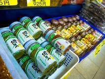 OTARU, JAPAN -26 JUN 2017: Het voedsel binnen van een kruik glas, en acomodated op een rij klaar om, op het Noordelijke eiland te Stock Afbeelding
