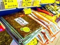 OTARU, JAPONIA -26 2017 JUN: Jedzenie wśrodku plastikowego worka i acomodated przygotowywający sprzedawać, na Północnej wyspie ho Fotografia Royalty Free