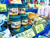OTARU, JAPONIA -26 2017 JUN: Jedzenie wśrodku słoju szkło, i acomodated z rzędu przygotowywający sprzedawać, na Północnej wyspie Obrazy Royalty Free