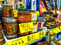 OTARU, JAPONIA -26 2017 JUN: Jedzenie wśrodku słoju szkło, i acomodated z rzędu przygotowywający sprzedawać, na Północnej wyspie Fotografia Royalty Free