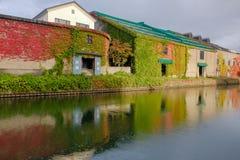Otaru kanal i nedgångsäsong med sidalövverk på arvet B fotografering för bildbyråer
