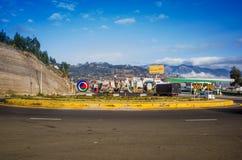 OTAVALO,厄瓜多尔, 2017年9月03日:旅行在竞技场附近的有些汽车看法在一美好的天,在一条农村路 免版税库存照片