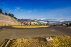 OTAVALO,厄瓜多尔, 2017年9月03日:旅行在竞技场附近的有些汽车看法在一美好的天,在一条农村路 免版税图库摄影