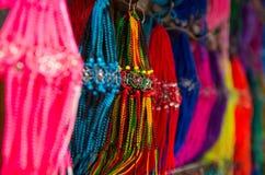 OTAVALO,厄瓜多尔- 2017年5月17日:关闭一五颜六色的catchdreamer,在五颜六色的市场背景中在Otavalo 库存图片