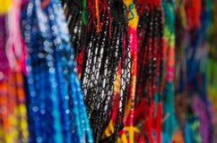 OTAVALO,厄瓜多尔- 2017年5月17日:关闭一五颜六色的catchdreamer,在五颜六色的市场背景中在Otavalo 免版税库存图片