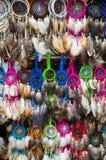 OTAVALO,厄瓜多尔- 2017年5月17日:关闭一五颜六色的catchdreamer,在catchdreamer背景中在Otavalo 库存照片