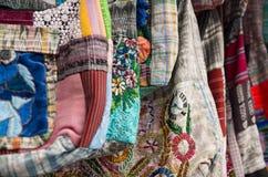 OTAVALO,厄瓜多尔- 2017年5月17日:关闭一团美丽的安地斯山的传统衣物纺织品毛线和用手编织  图库摄影