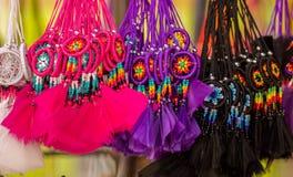 OTAVALO,厄瓜多尔- 2017年5月17日:关闭一小catchdreamer,在五颜六色的市场背景中 图库摄影