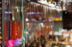 OTAVALO,厄瓜多尔- 2017年5月17日:关闭一条唯一绳索,在被弄脏的市场背景中在Otavalo 库存图片