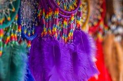 OTAVALO,厄瓜多尔- 2017年5月17日:关闭一紫色catchdreamer,在五颜六色的市场背景中在Otavalo 库存照片