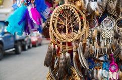 OTAVALO,厄瓜多尔- 2017年5月17日:关闭一catchdreamer,在五颜六色的市场背景中在Otavalo 库存照片