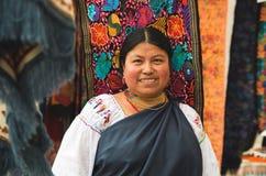 OTAVALO,厄瓜多尔- 2017年5月17日:关闭佩带安地斯山传统的一名未认出的西班牙土产妇女 库存照片