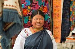 OTAVALO,厄瓜多尔- 2017年5月17日:关闭佩带安地斯山传统的一名未认出的西班牙土产妇女 免版税图库摄影