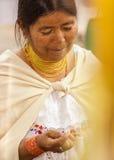 OTAVALO,厄瓜多尔- 2017年5月17日:关闭佩带安地斯山传统的一名未认出的西班牙土产妇女 图库摄影