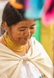 OTAVALO,厄瓜多尔- 2017年5月17日:关闭佩带安地斯山传统的一名未认出的西班牙土产妇女 库存图片