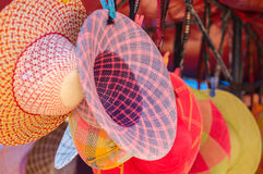 OTAVALO,厄瓜多尔- 2017年5月17日:关闭色的帽子待售在一个市场上在Otavalo,五颜六色的帽子背景 免版税库存图片