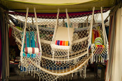 OTAVALO,厄瓜多尔- 2017年5月17日:安地斯山的传统吊床纺织品毛线和用手编织在羊毛,五颜六色的织品 库存照片