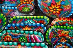OTAVALO,厄瓜多尔- 2017年5月17日:安地斯山的传统工艺由黏土,五颜六色的工艺背景制成 免版税库存照片