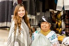 OTAVALO,厄瓜多尔- 2017年5月17日:穿安地斯山的传统衣物的一名未认出的西班牙土产妇女和 免版税库存照片