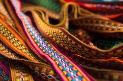OTAVALO,厄瓜多尔- 2017年5月17日:美丽的安地斯山的传统传送带纺织品毛线和用手编织在羊毛,五颜六色 免版税库存照片