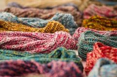 OTAVALO,厄瓜多尔- 2017年5月17日:美丽的安地斯山的传统围巾衣物纺织品毛线和用手编织在羊毛 图库摄影