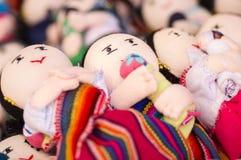 OTAVALO,厄瓜多尔- 2017年5月17日:美丽的安地斯山的玩具纺织品毛线和用手编织在羊毛,在白色背景中 免版税库存照片