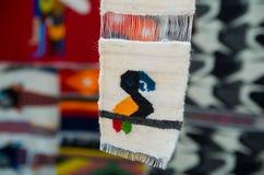 OTAVALO,厄瓜多尔- 2017年5月17日:美丽的安地斯山的纺织品毛线和用手编织在羊毛,在白色背景中 免版税库存照片