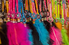 OTAVALO,厄瓜多尔- 2017年5月17日:结束五颜六色的catchdreamers,在五颜六色的市场背景中在Otavalo 库存图片