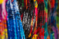 OTAVALO, ΙΣΗΜΕΡΙΝΟΣ - 17 ΜΑΐΟΥ 2017: Κλείστε επάνω ενός ζωηρόχρωμου catchdreamer, στο ζωηρόχρωμο υπόβαθρο αγοράς σε Otavalo Στοκ εικόνα με δικαίωμα ελεύθερης χρήσης