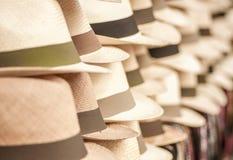 OTAVALO, ΙΣΗΜΕΡΙΝΟΣ - 17 ΜΑΐΟΥ 2017: Χειροποίητα καπέλα του Παναμά στην αγορά τεχνών σε Otavalo, Ισημερινός Στοκ Φωτογραφία