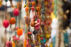 OTAVALO, ΙΣΗΜΕΡΙΝΟΣ - 17 ΜΑΐΟΥ 2017: Όμορφη των Άνδεων παραδοσιακή τέχνη ιματισμού και περιδεραίων βιοτεχνιών, ζωηρόχρωμο περιδέρ Στοκ εικόνες με δικαίωμα ελεύθερης χρήσης