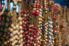 OTAVALO, ECUADOR - 17 DE MAYO DE 2017: Arte tradicional andino hermoso de la ropa y del collar de las artesanías, collar colorido Imagen de archivo